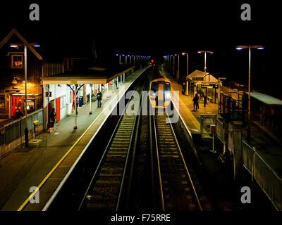 Cosham gare la nuit, Portsmouth, Hampshire, Angleterre Banque D'Images
