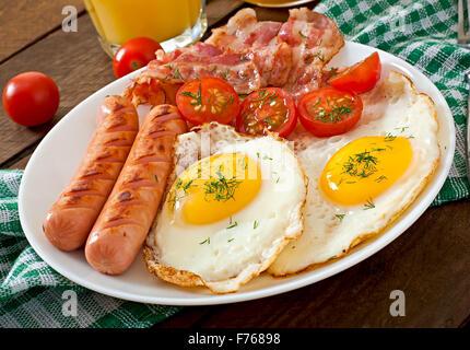 Petit-déjeuner anglais - toasts, œufs, bacon et les légumes dans un style rustique sur fond de bois Banque D'Images