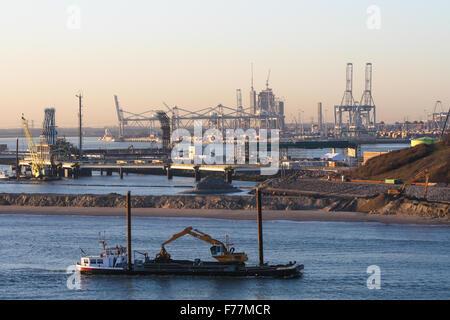 Mer du Nord, drague en Rotterdam port au lever du soleil avec l'expédition, les conteneurs de vrac remorqueurs Banque D'Images