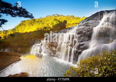 Sri Lanka - paysage avec cascade dans le Parc National de Horton Plain, Baker cascade, Sri Lanka Banque D'Images