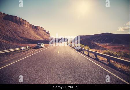 L'autoroute du désert aux couleurs rétro contre le soleil, travel concept.