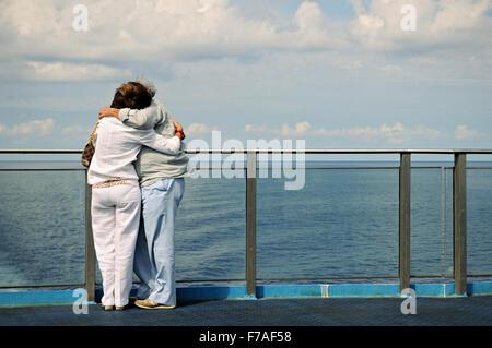 Mature couple hugging sur le pont d'un ferry entre Gênes et Palerme, mer Méditerranée Banque D'Images