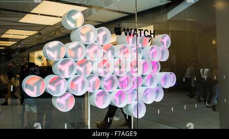 Regardez Apple. Regardez Apple afficher dans la fenêtre d'un Apple Store Banque D'Images