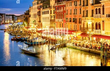 Restaurant par le Grand Canal - nuit vue du Pont du Rialto, Venise, Vénétie, Italie Banque D'Images