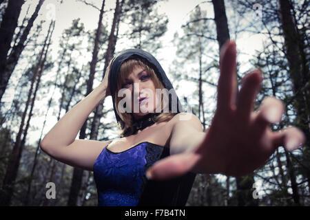 Portrait sombre de la forêt keeper. Fantasy et gothique sorcière dans les bois. Banque D'Images