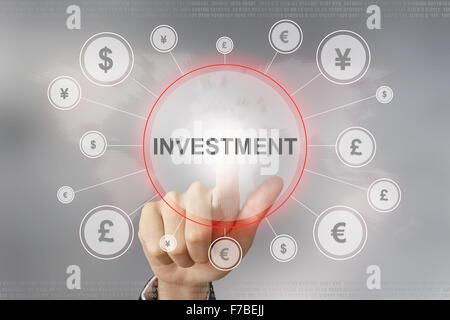 Poussant la main avec bouton d'investissement global networking concept Banque D'Images