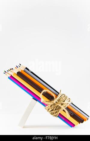 Faisceau de crayons de couleur attachés ensemble avec de la ficelle de jute Banque D'Images