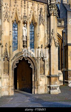 Porte côté sud de l'église paroissiale de St Mary Redcliffe, Bristol, Angleterre