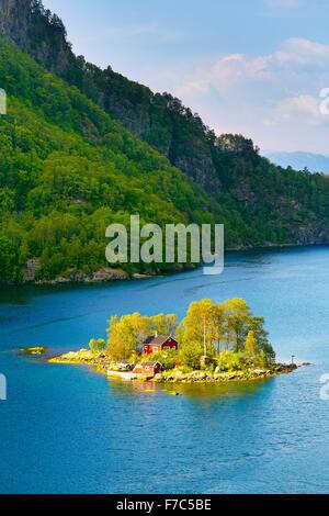 Petite île avec un red cottage dans Lovrafjord, Norvège Banque D'Images