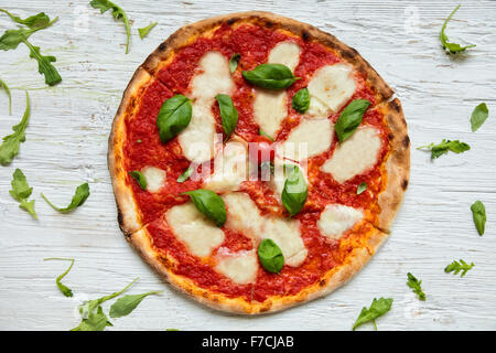 Pizza italien délicieux servi sur table en bois Banque D'Images