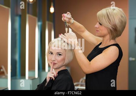 Salon de coiffure à Bauhaus, Cardiff, Pays de Galles du Sud est dotée d''un fauteuil tranquille où les clients peuvent Banque D'Images