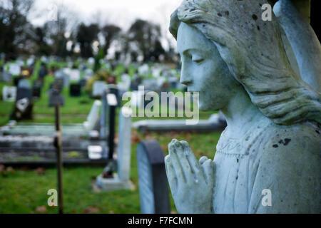 Statue d'un Ange dans le cimetière Banque D'Images