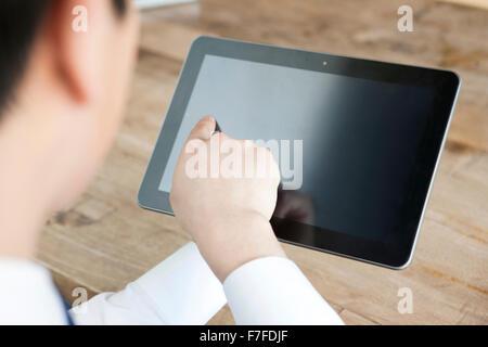 Un homme touchant un PC de table Banque D'Images