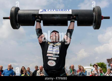 Un homme fort prouve sa force lors d'une manifestation sportive d'athlétisme. Banque D'Images
