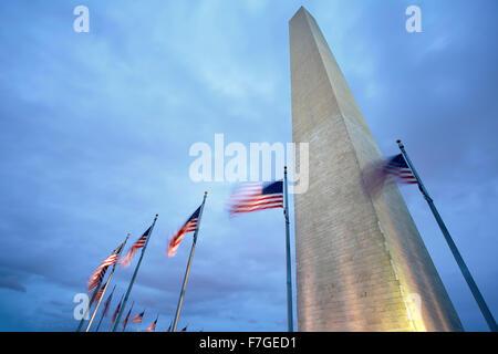 Washington Memorial et des drapeaux américains, Washington, District de Columbia USA