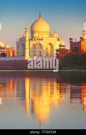 Taj Mahal et la rivière Yamuna, Agra, Uttar Pradesh, Inde Banque D'Images