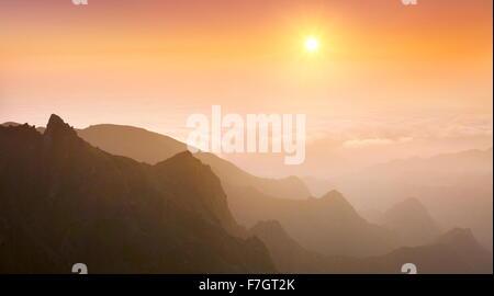 Vue sur la vallée Faja da Nogueira au lever du soleil, l'île de Madère, Portugal Banque D'Images