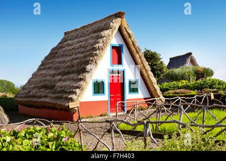 Accueil traditionnel palheiros - Santana, l'île de Madère, Portugal Banque D'Images