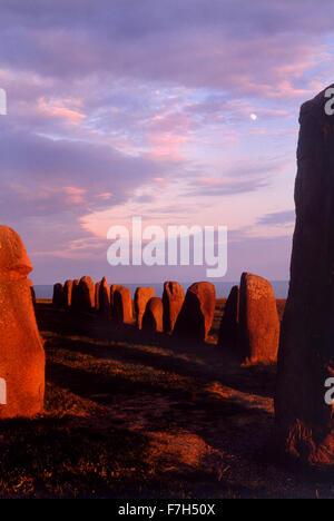 Ales stenar at Österlen sous un ciel au coucher du soleil. Monument mégalithique de Skåne dans le sud de la Suède. Banque D'Images