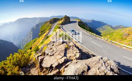 Paysage des montagnes de Madère - route alpine de Encumenada avec col à Paul da Serra plateau, Madeira, Portugal Banque D'Images