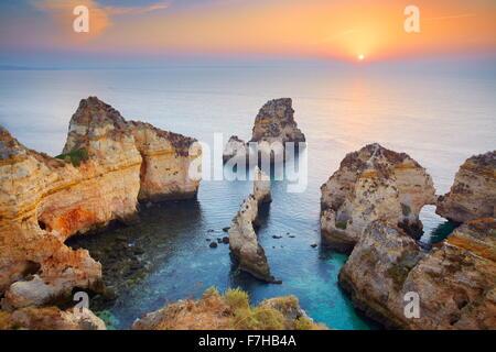 Lever du soleil à côte de l'Algarve près de Lagos, Portugal Banque D'Images
