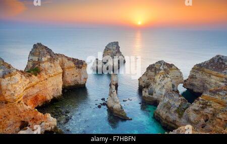Lever du soleil paysage à côte de l'Algarve près de Lagos, Portugal Banque D'Images