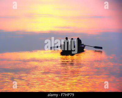 Équitation en bateau au coucher du soleil sur le Gange à Varanasi, Inde Banque D'Images