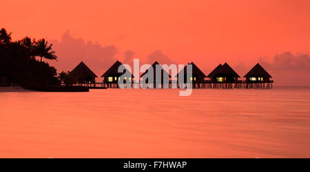 Coucher du soleil tropical landscapeat Ari Atoll, Maldives Island