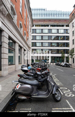 Les scooters et motos garées dans un solo motorcycles bay, dans une petite rue près de la BBC, Londres, Angleterre, Banque D'Images
