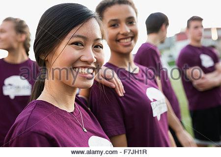 Portrait of smiling female les élèves du secondaire l'éducation physique Banque D'Images
