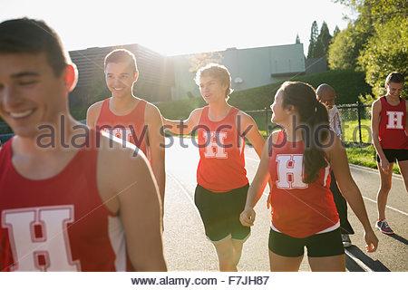 L'école secondaire de l'équipe d'athlétisme d'une piste de course Banque D'Images