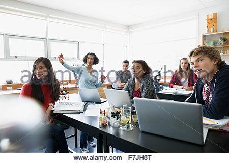 Les élèves du secondaire enseignant en classe Laboratoire des sciences de l'écoute Banque D'Images