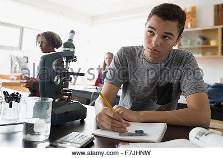 L'accent high school student taking notes classe de sciences Banque D'Images