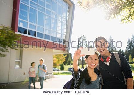 High school student couple extérieur selfies Banque D'Images