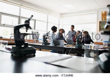 Les élèves du secondaire et des enseignants en classe Laboratoire des sciences Banque D'Images