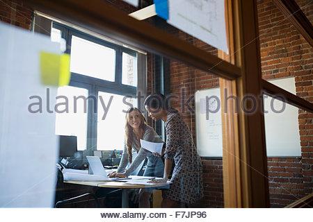 Businesswomen working in office Banque D'Images
