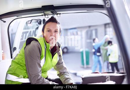 Portrait confiant sauveteur en ambulance Banque D'Images