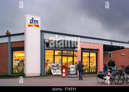 Dm-Drogerie Markt store Banque D Images Dm-Drogerie Markt store  Magasin DM  Banque D Images Magasin DM  Étagères avec accueil marque soleil ... da65a969184c