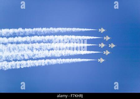 Six US Air Force F-16C Fighting Falcon, connu sous le nom de Thunderbirds, volant en formation avec remorque blanche de fumée au cours de la 42e Naval Base Ventura Comté (NBVC) Air Show à Point Mugu, comté de Ventura, Californie du Sud.