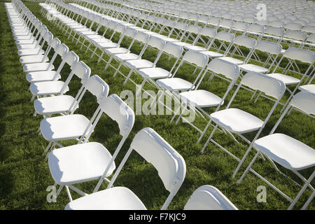 Des rangées de chaises blanches vides dans les champs à Washington, DC Banque D'Images