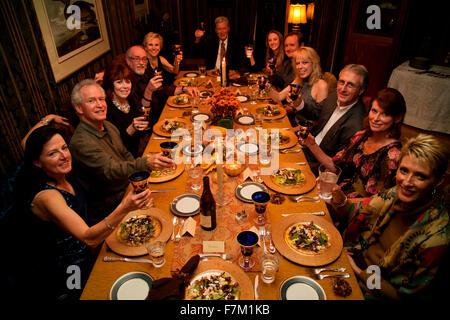 Grâce à toast longue table à manger avant le dîner de Thanksgiving, 2011, Ojai, CA Banque D'Images