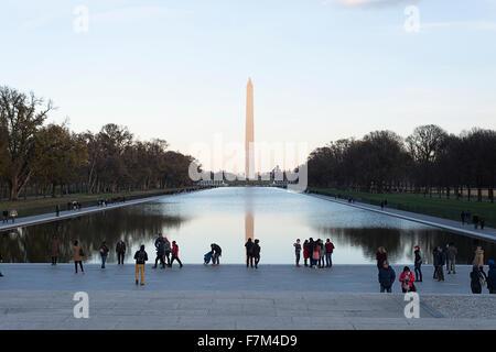 Le Washington Monument et le miroir d'eau à Washington DC, vu depuis le Lincoln Memorial.