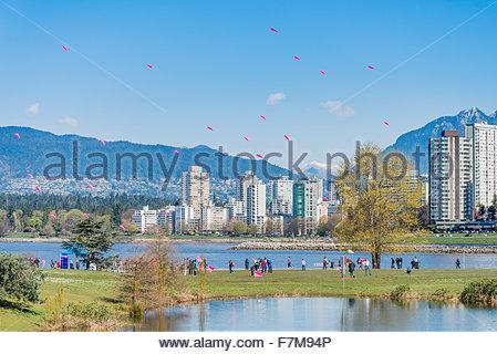Pétales de cerisier Danse Kite, Vanier Park, Vancouver, British Columbia, Canada Banque D'Images