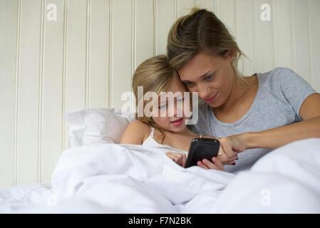 Mère et fille à l'aide d'ensemble smartphone Banque D'Images