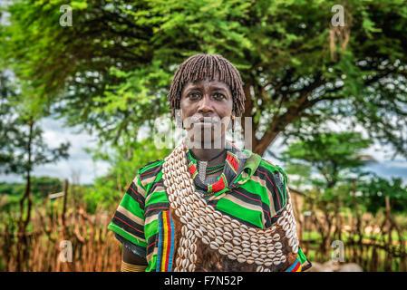 Portrait d'une femme de la tribu dans le sud de l'Éthiopie Hamar Banque D'Images