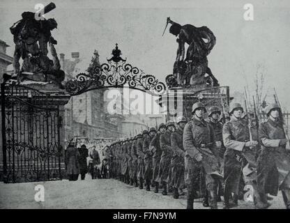Photographie de Nazis occupant le Château de Prague après Adolf Hitler a passé la nuit. Datée 1939 Banque D'Images