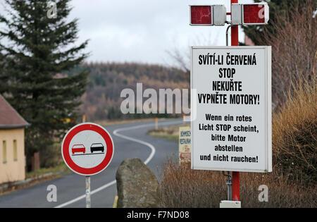 Sur la crête des Monts Métallifères, un panneau d'avertissement écrit avec 'Quand un voyant rouge indique Arrêter Banque D'Images