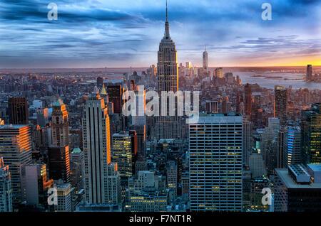 Manhattan skyline à au sud vers l'Empire State Building, New York City, USA., depuis le toit du Rockefeller Center. Banque D'Images