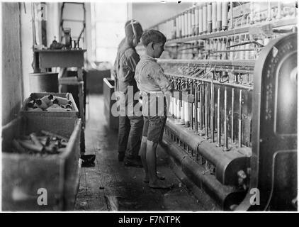Photographie d'Doffers à Cherryville Mfg Co. photographié par Lewis Hine (1874-1940) Sociologue et photographe américain. Banque D'Images