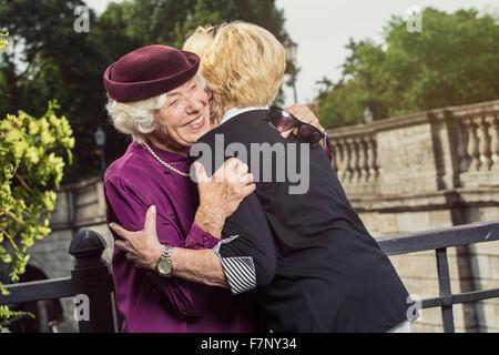 Allemagne, Berlin, portrait de deux senior women hugging chaque autres Banque D'Images